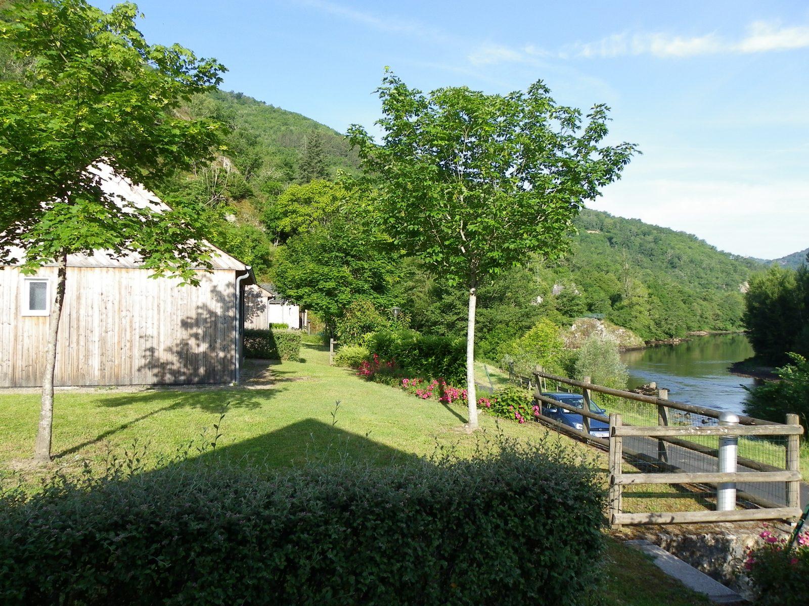 Les chalets du camping val de saures en aveyron for Vacances en aveyron avec piscine